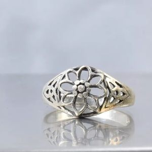 Jewelry - Sterling Silver Flower Ring 5.75